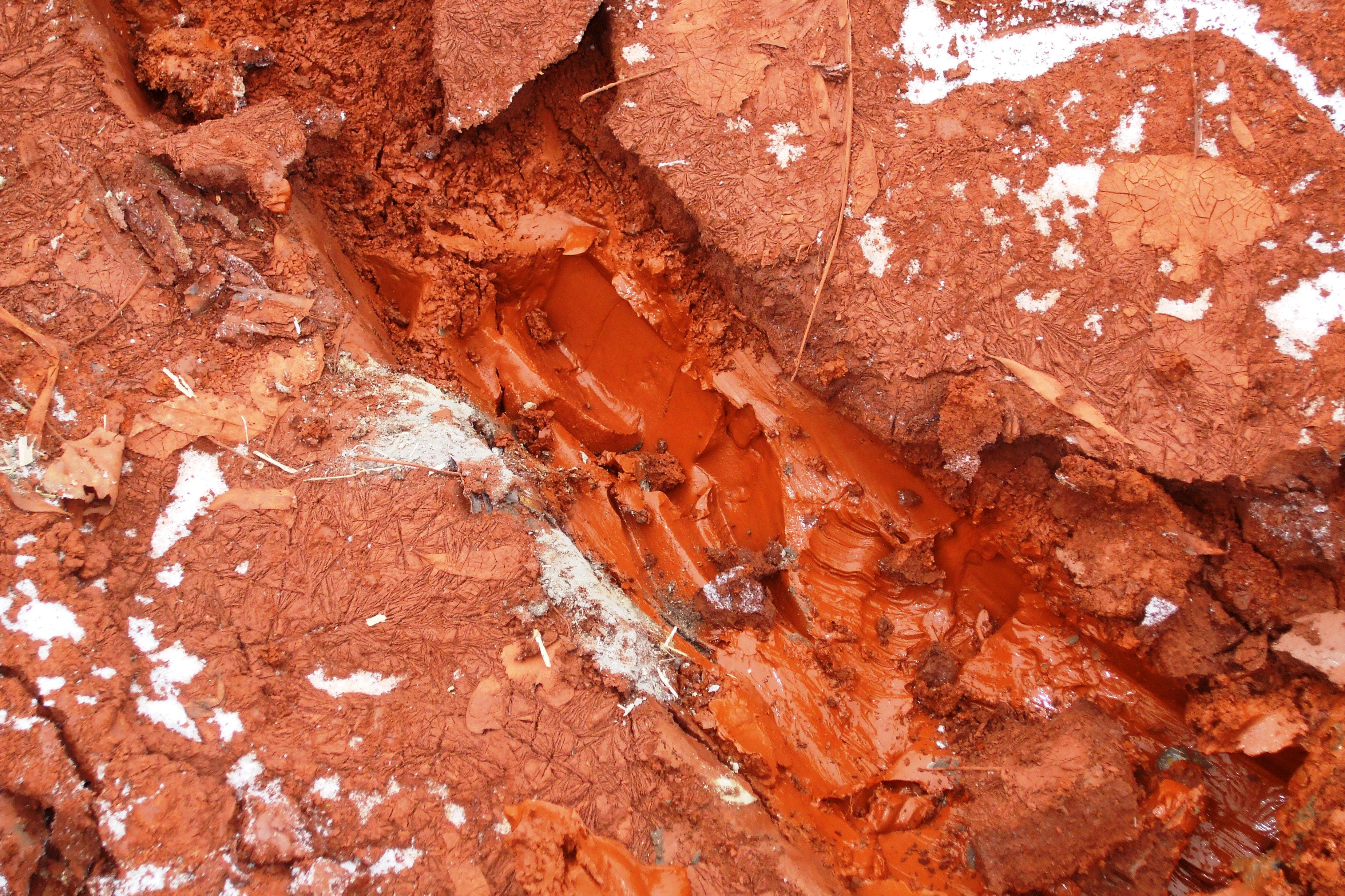 Vörösiszap réteg a talajon