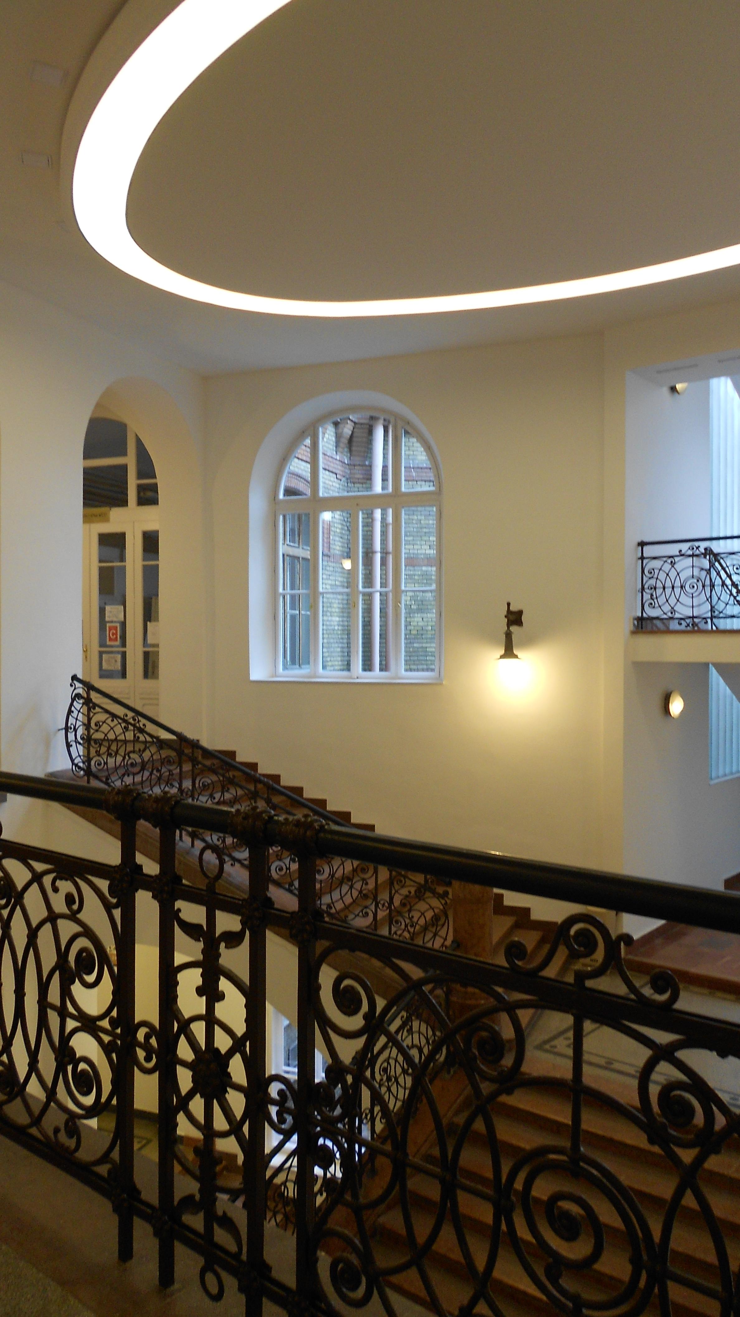 A CH-épület felújított lépcsőháza