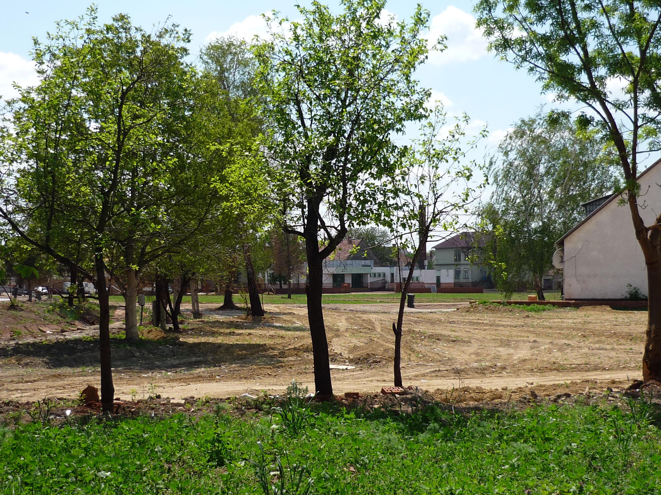 Lebontott házak helye Devecserben