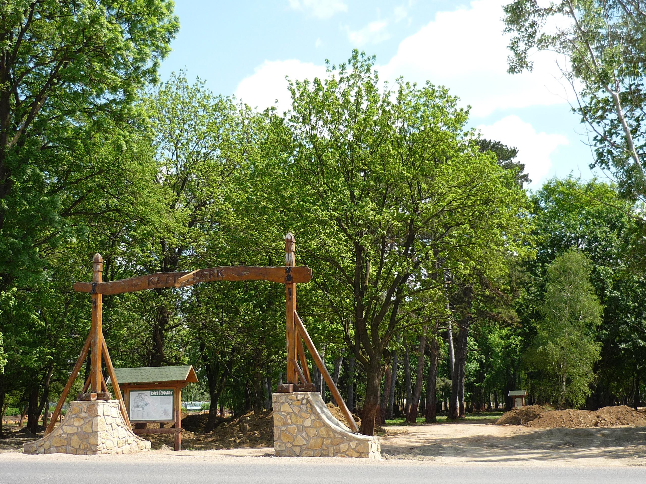 Devecseri kastélypark új bejárata