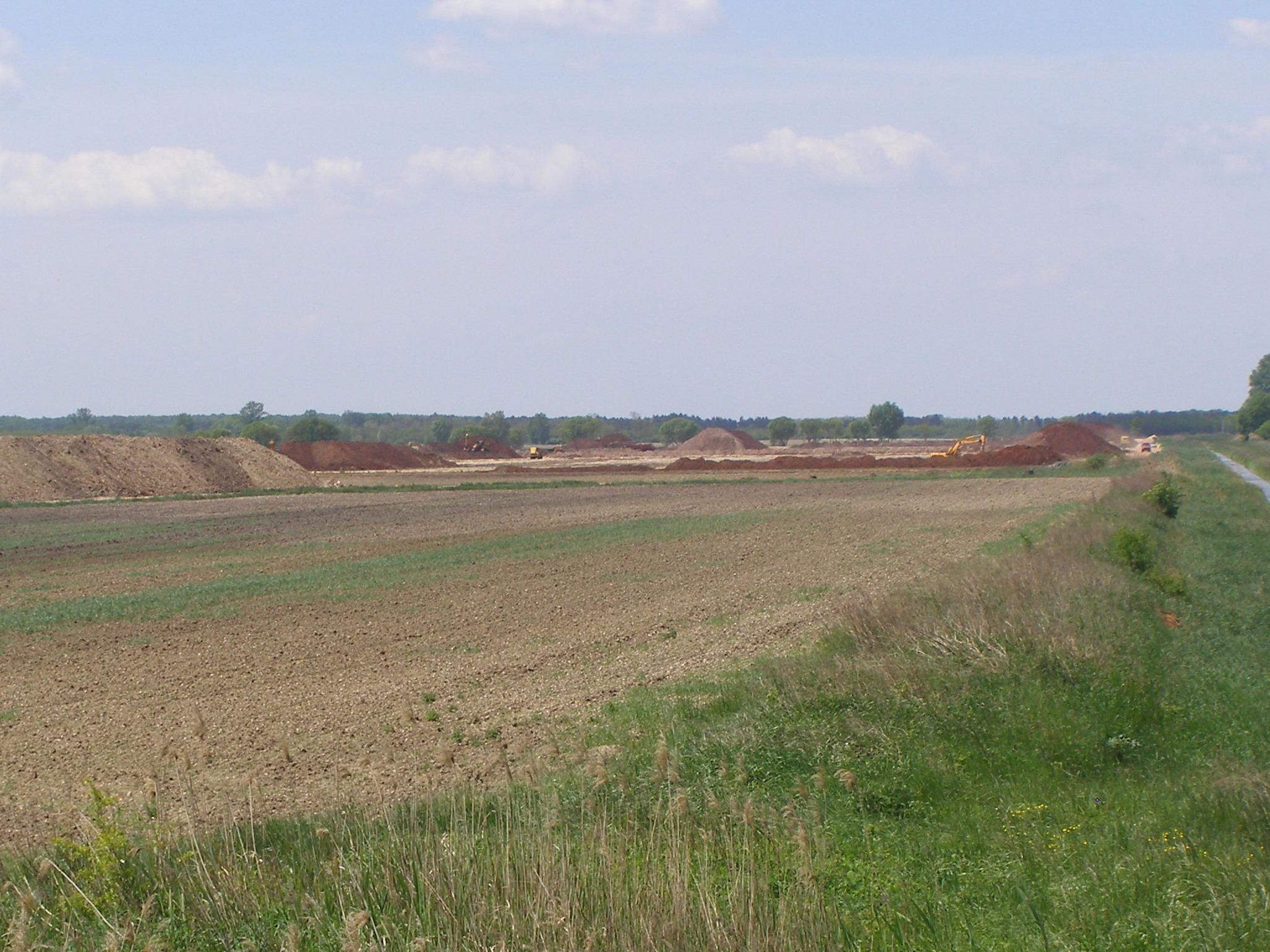 Kisebb nagyobb vörösiszap és talaj kupacok