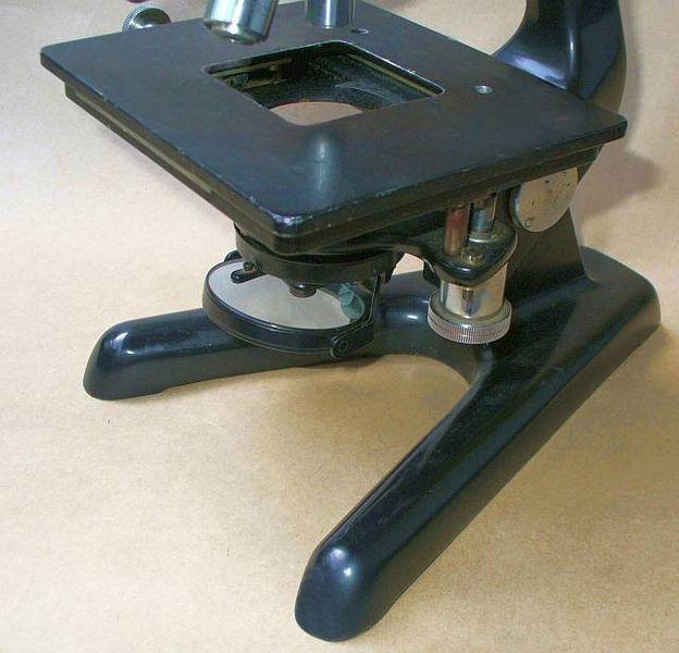 A mikroszkóp tárgyasztala