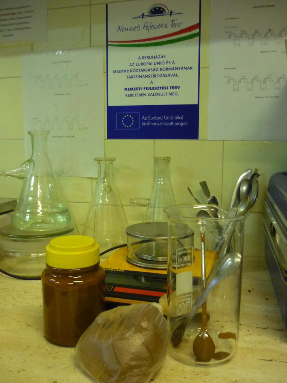 Vörösiszap minták a laborban